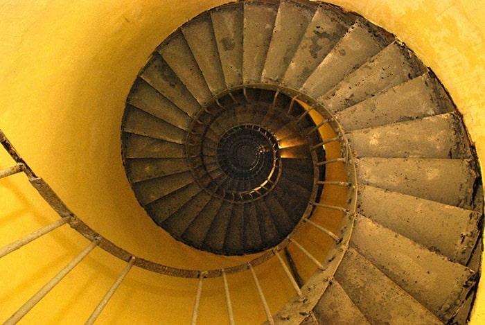 Cầu thang lên đỉnh hải đăng Kê Gà