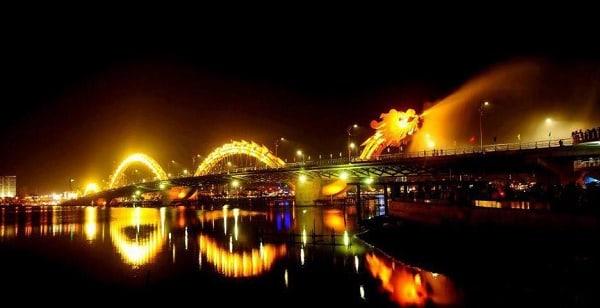cầu Rồng phun lửa vào ban đêm