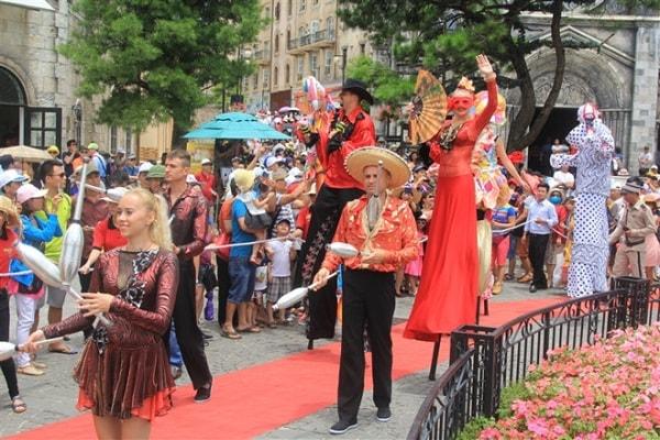 Du khách hòa mình trong không gian sôi động của lễ hội Carnaval Bà Nà Hills
