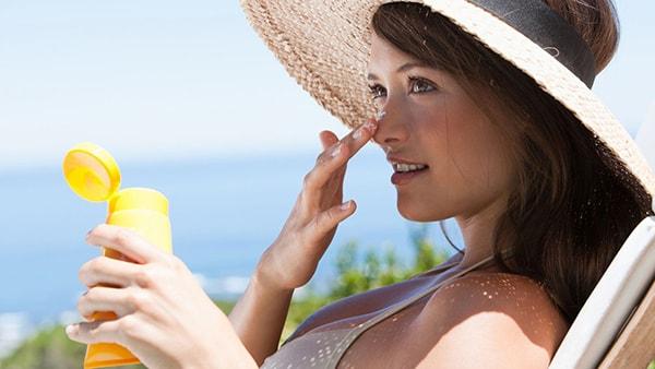 Kem chống nắng - vật hữu dụng cho làn da khi đi biển