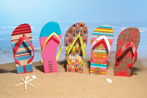 Giày dép đi biển - đồ vật không thể thiếu khi đi dạo bãi biển
