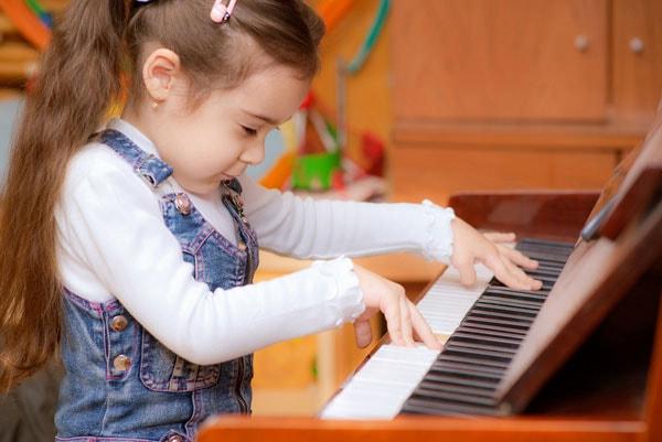 Piano là môn năng khiếu phù hợp với bé 4 tuổi