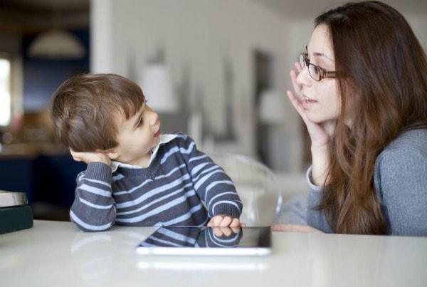 Thường xuyên đặt ra những câu hỏi để khơi gợi sự tò mò trong bé