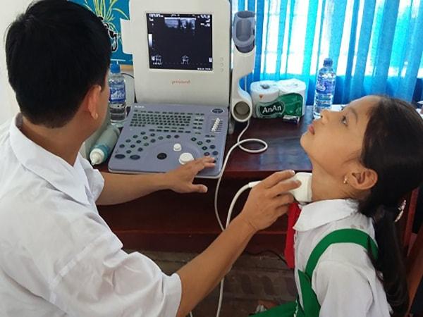 dấu hiệu của bệnh bướu cổ ở trẻ em