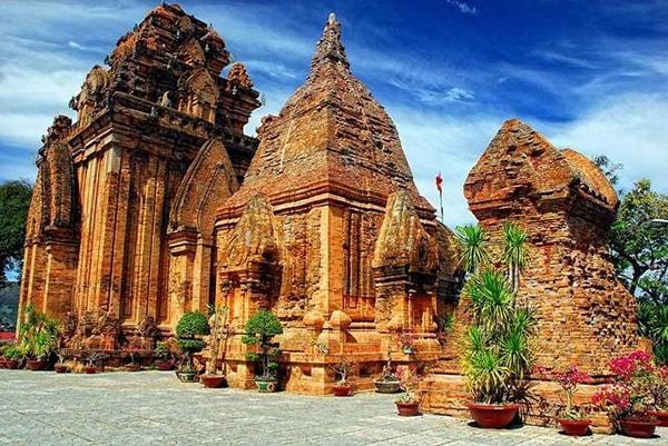 Khu di tích Tháp Bà Ponagar cũng là địa điểm du lịch nổi tiếng ở Nha Trang