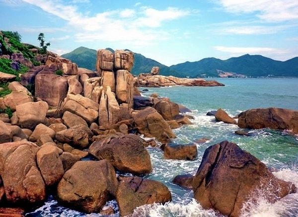 Hòn Chồng- Hòn Vợ là địa điểm bạn cũng nên đến khi du lịch Nha Trang
