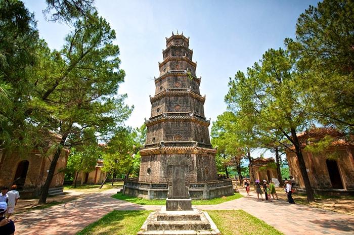 Tháp Phước Duyên là một biểu tượng nổi tiếng gắn liền với chùa Thiên Mụ