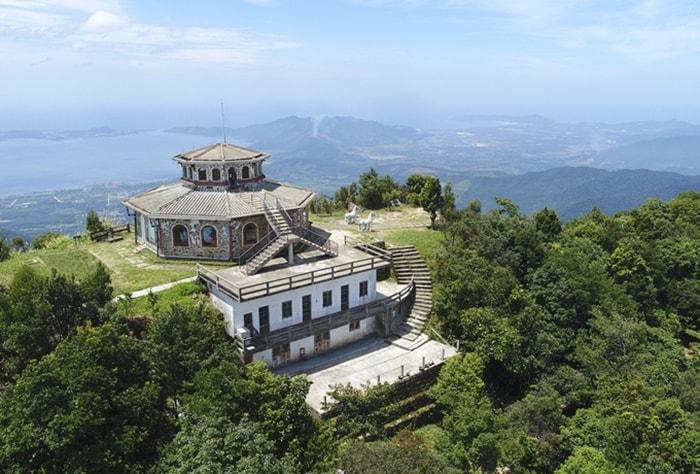 Vọng Hải Đài là điểm cao nhất ngắm cảnh trên đỉnh núi Bạch Mã