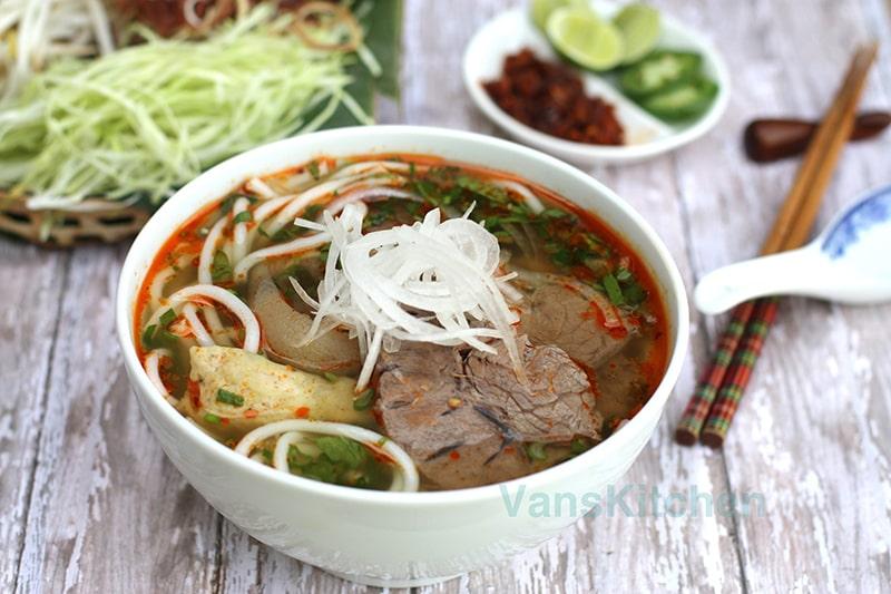Ăn trưa bún bò Huế