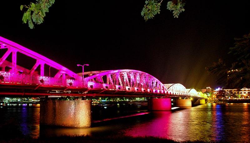 Đi bộ trên cầu Trường Tiền về đêm