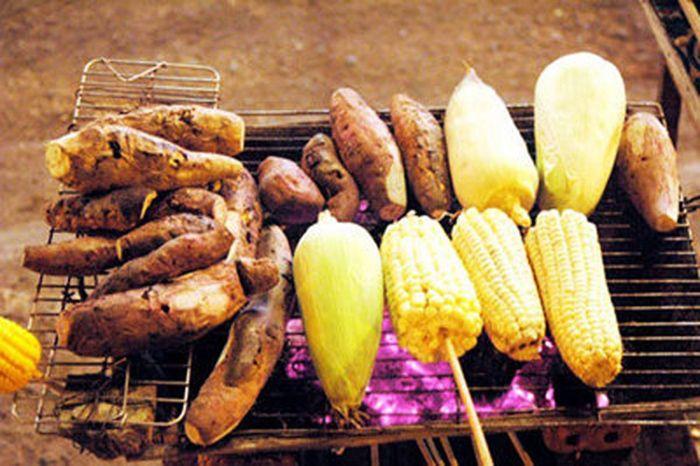 Khoai và Bắp Nướng là món ăn thích hợp khi đi du lịch Huế mùa đông