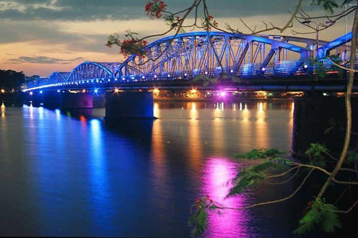Cầu Trường Tiền là địa điểm du lịch lý tưởng khi du lịch Huế mùa đông