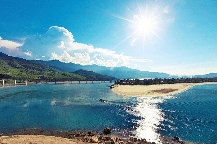 Vịnh Lăng Cô là địa điểm du lịch lý tưởng khi du lịch Huế mùa đông