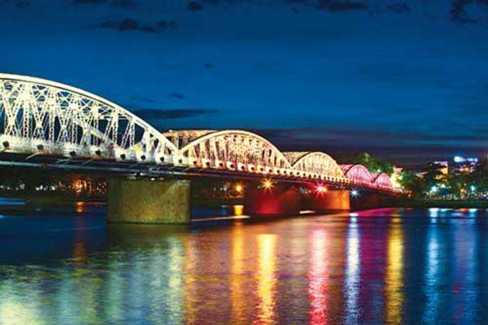 Cầu Tràng Tiền là là địa điểm tham quan phù hợp khi du lịch Huế mùa thu