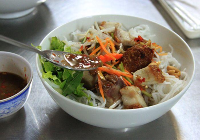 Bún Mắm Nêm là món ăn nên ăn khi đi du lịch Huế mùa thu