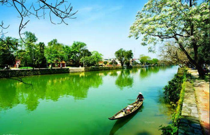Sông Hương là là địa điểm tham quan phù hợp khi du lịch Huế mùa thu