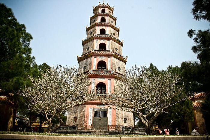 Tháp Phước Duyên là điểm tham quan khi đi du lich Huế mùa xuân