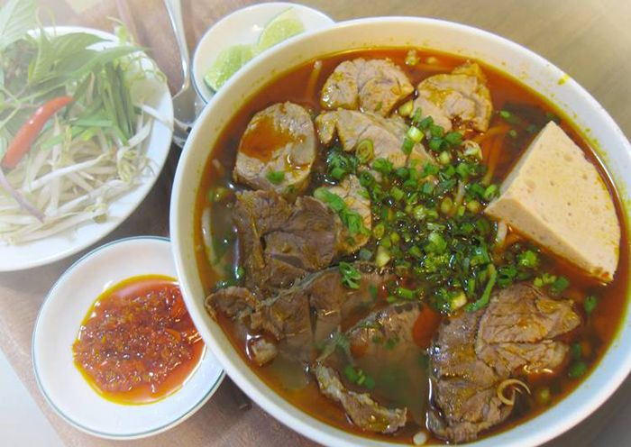Bún Bò là món ăn đặc sản mùa thu ở Huế