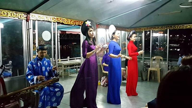Buổi tối nghe ca Huế trên sông Hương