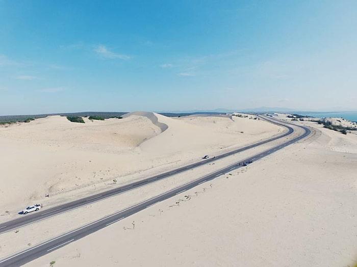 Đồi cát trắng tuyệt đẹp 2 bên đường Bàu Trắng - Phan Rí