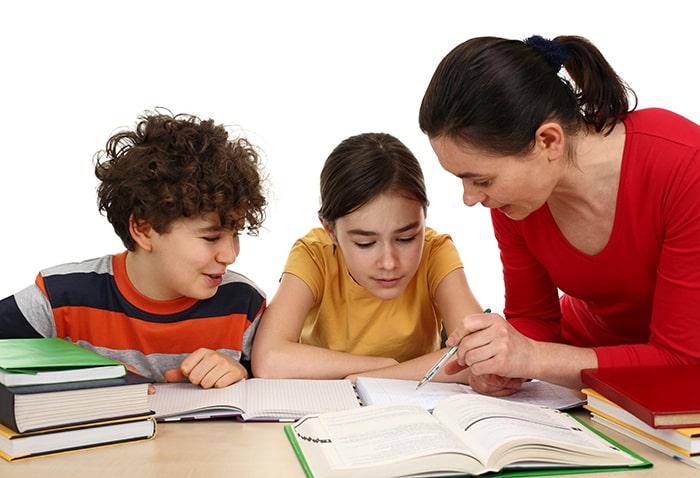 Ở lứa tuổi mầm non hay tiểu học, cha mẹ có thể thuê gia sư dạy con đồng thời nhiều môn.
