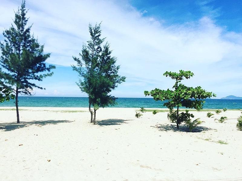 Bãi cát trắng vẫn giữ được vẻ hoang sơ tại bãi biển Hà My