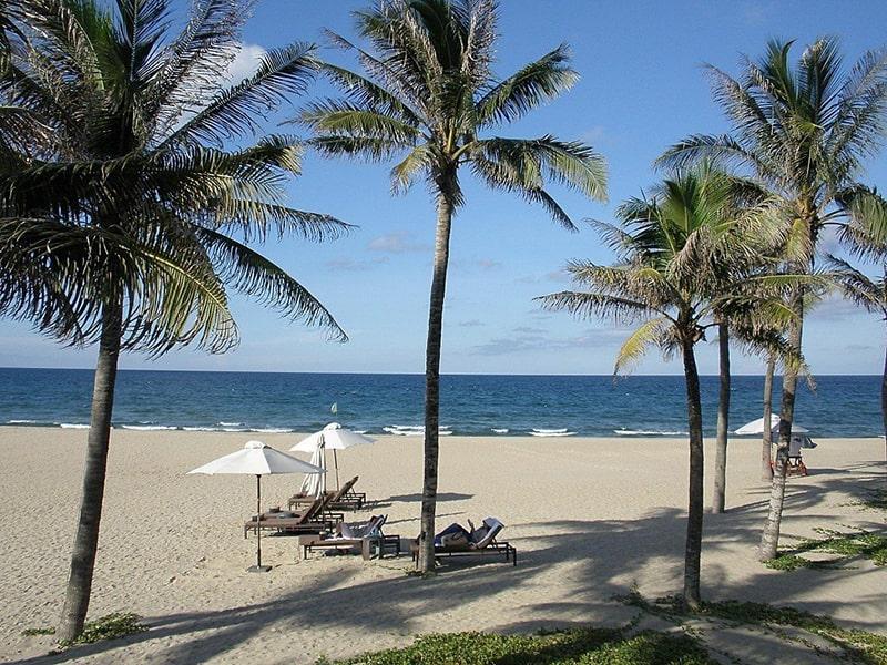 Bờ cát trắng với làn nước xanh ngắt ở bãi biển Hà My